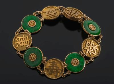 An 18ct Gold and Jade Disc Mounted Bracelet