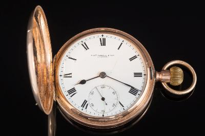 Thomas Russell and Son. A gentleman's 9ct gold cased keyless lever hunter pocket watch, the white enamel dial with Roman numerals and subsidiary seconds dial in a plain gold case.