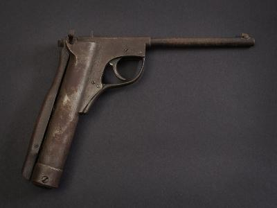 An early 20th century .177 Lincoln Jeffries Junior 1921 patent air pistol, fixed barrel, stamped '43' to frame, rotating breech lever catch and backstrap cocking lever, pellet seating pin, signed to lever with patent numbers, 24cm long. * Note - Though outwardly similar to the later 'Lincoln' air pistol this version is significantly different in the use of its back lever cocking action. A patent for 'Improvements in Spring Air Pistols' dated April 1911 shows a similar version with the back lever action. A later patent of 1922 'Improvements in Air Pistols and Guns' shows the pivoting locking arm of this model. The variations of the breech locking mechanism is classified in John Griffith's 'The Encyclopaedia of Spring Air Pistols' with this model as a 'Type C'.